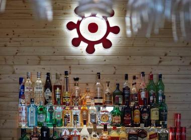 sections/July2018/gothal-restauracia-smrek-na-liptove-bar-s-alkoholom-Hlq.jpg