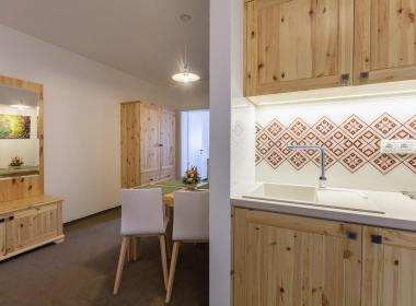 sections/October2018/gothal-sk-apartmany-v-nizkych-tatrach-family-apartman-pohlad-na-kuchynu-a-jedalen-ltD.jpg
